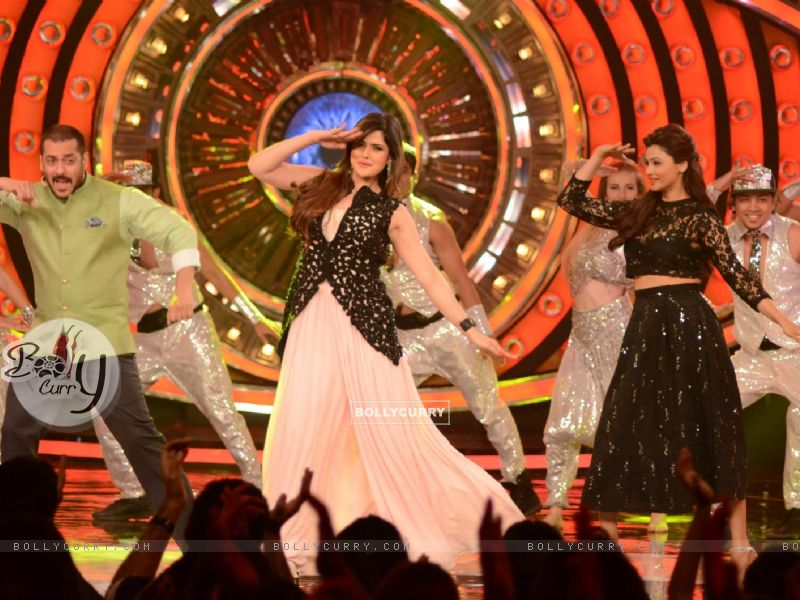 Daisy Shah and Zarine Shakes a Leg With Salman During Promotions of Hate Story 3 on Bigg Boss 9 Nau (384611) size:800x600