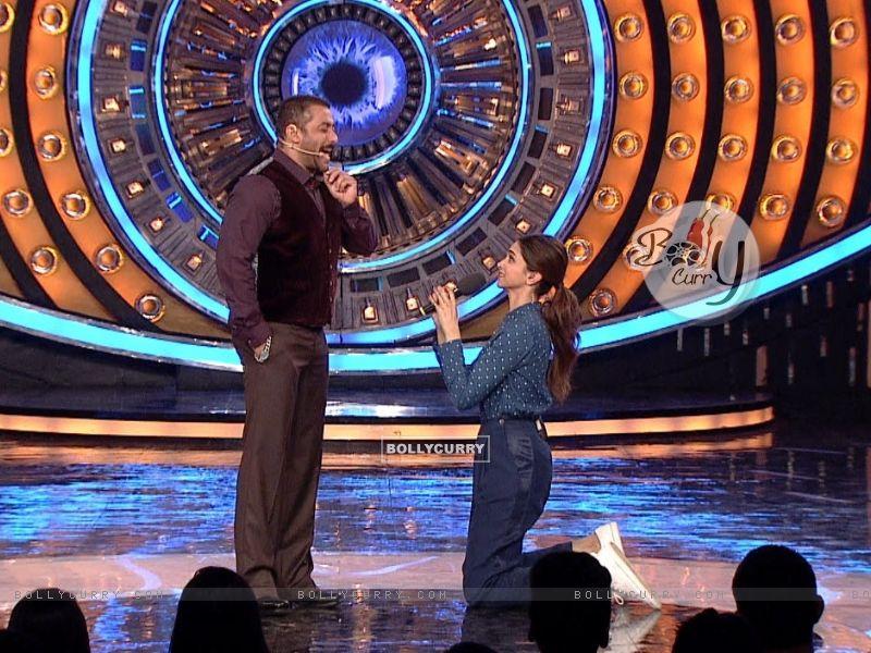 Deepika Padukone Proposes Salman Khan on Bigg Boss 9- Double Trouble (385437) size:800x600