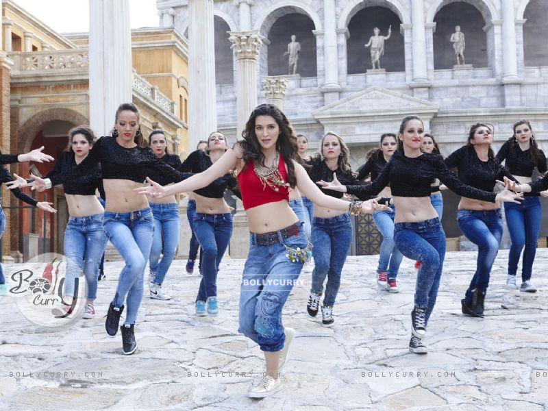 Kriti Sanon Sizzles in 'Manma Emotion Jaage' - second song of Dilwale (385774) size:800x600