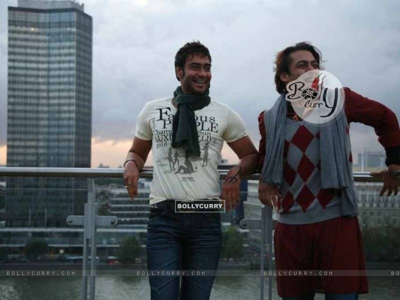 Salman Khan and Ajay Devgan in the movie London Dreams (38590) size:800x600