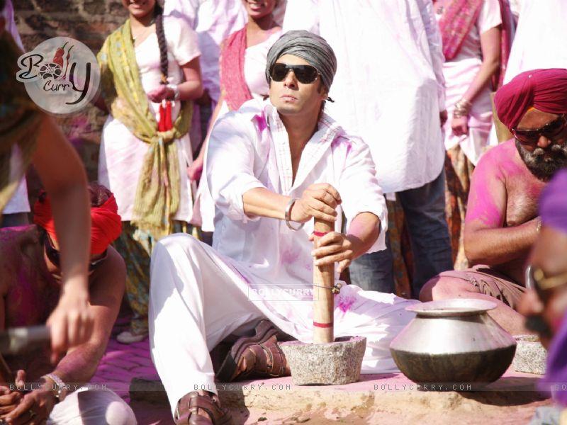 Salman Khan preparing Bhang (38592) size:800x600