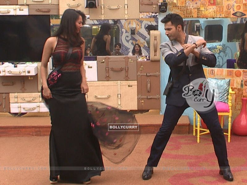 Varun Dhawan Shakes a Leg with Rochelle Rao in Bigg Boss 9 House durng Promotions of 'Dilwale' (386186) size:800x600