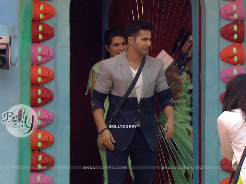 Varun Dhawan and Kriti Sanon in Bigg Boss 9 House for Promotions of 'Dilwale' (386187) size:800x600