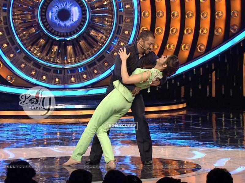 Kriti Sanon and Salman Khan Shakes a Leg on Bigg Boss 9 (386191) size:800x600