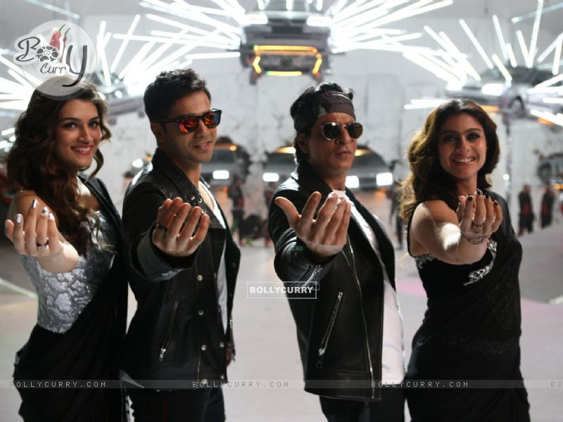Kriti Sanon, Kajol, Varun Dhawan and Shah Rukh in Tukur Tukur Song of Dilwale (387998) size:800x600