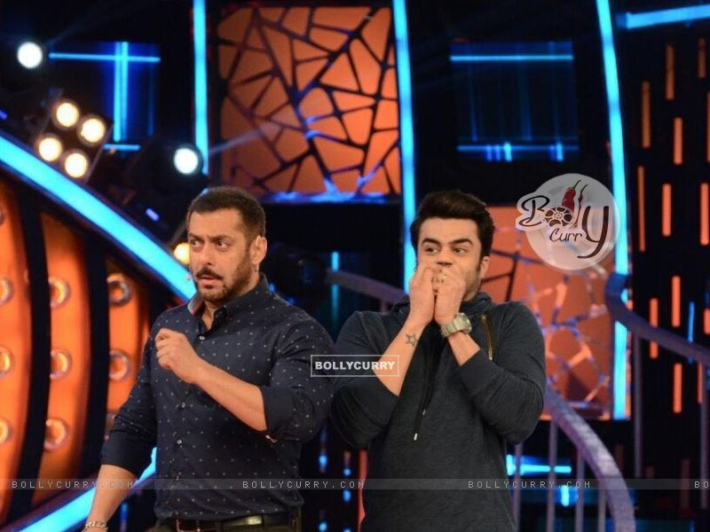 Manish Paul and Salman Promoting 'Tere Bin Laden : Dead or Alive' on the sets of Bigg Boss 9 (392126) size:800x600