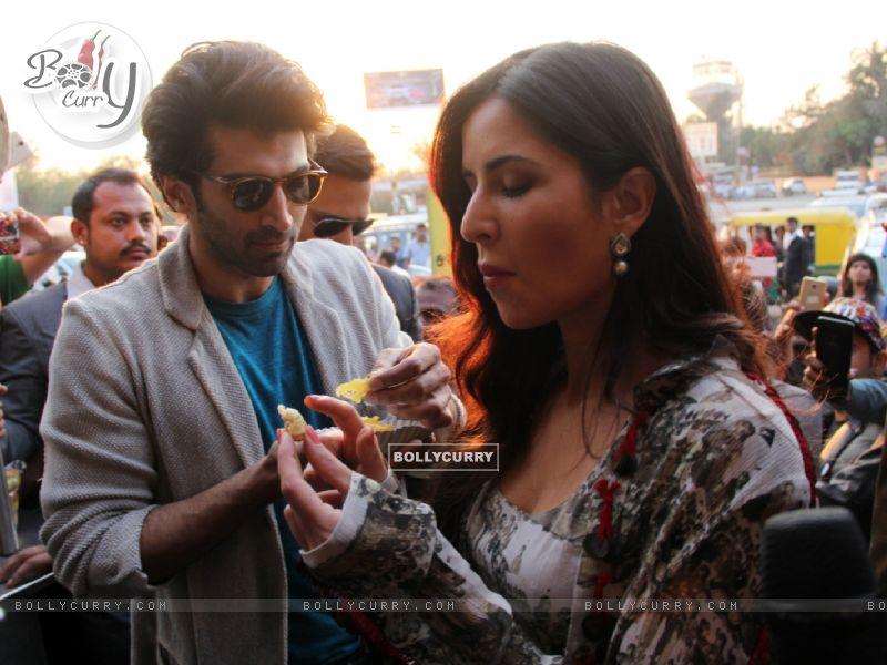 Aditya Roy Kapur and Katrina Kaif Bond over Jalebi in Janpath Market, Delhi (396321) size:800x600