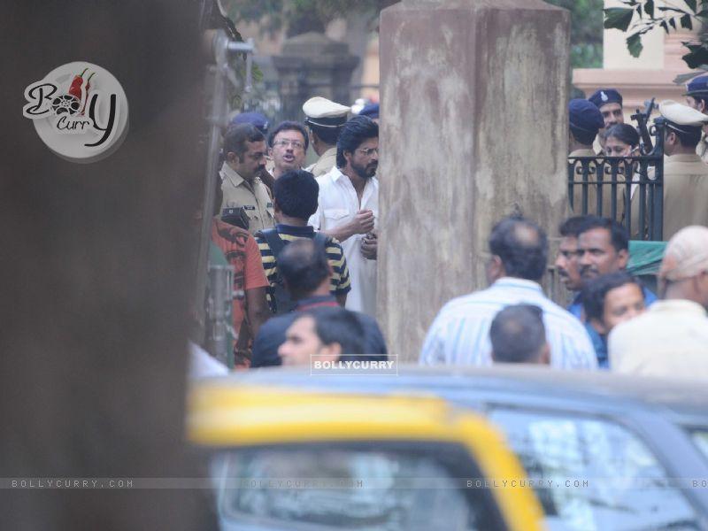 Shah Rukh Khan snapped shooting for Raees at Parsi Gymkhana at Dadar (398162) size:800x600