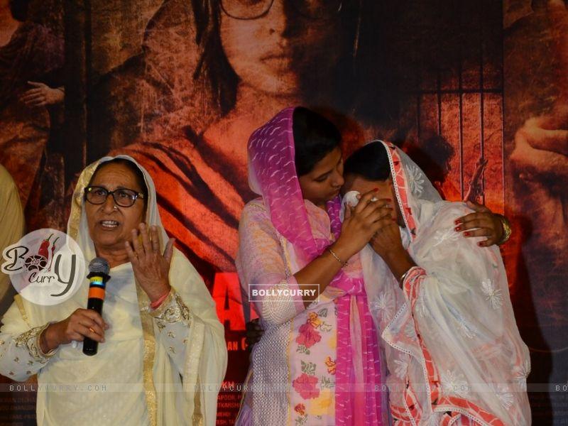 Sarabjit's sister Dalbir Kaur and Sukhpreet Kaur on Sarabjit's Death Anniversary (405181) size:800x600