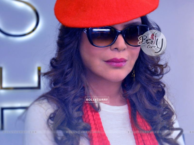 ZEENAT AMAN debuts in Super Glam Avtar On Web called Love, Life & Screw Up! (407240) size:800x600