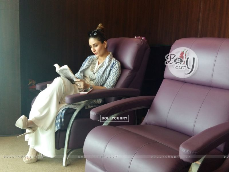 Kareena Kapoor Khan goes book shopping in London (407343) size:800x600