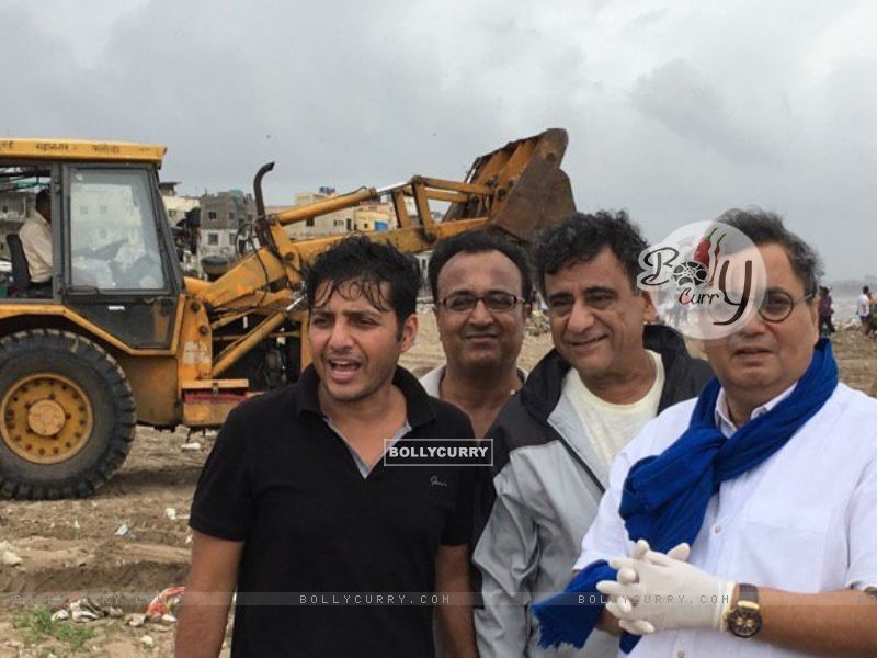 Subhash Ghai Helps clean Versova Beach (411774) size:800x600