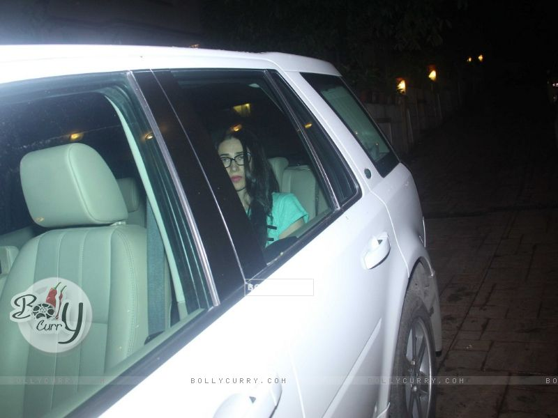 Karishma Kapoor snapped outside Kareena's house (413182) size:800x600