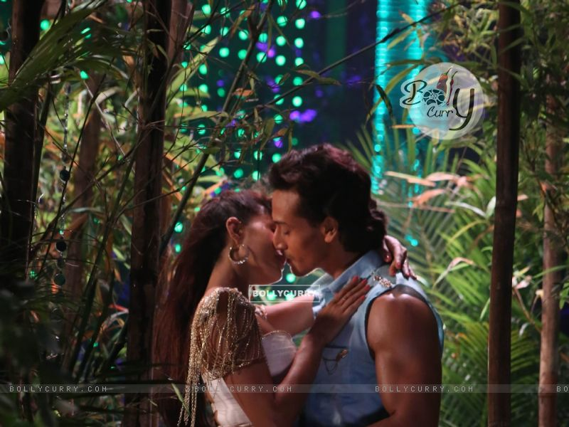 Tiger Shroff and Jacquiline kiss for a song (414927) size:800x600