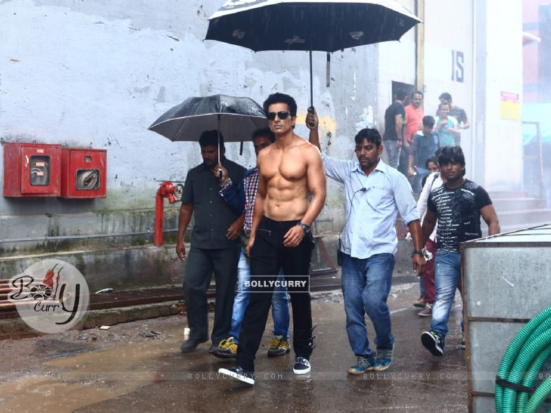 Sonu Sood goes shirtless for his home production 'Two In One' (416382) size:800x600