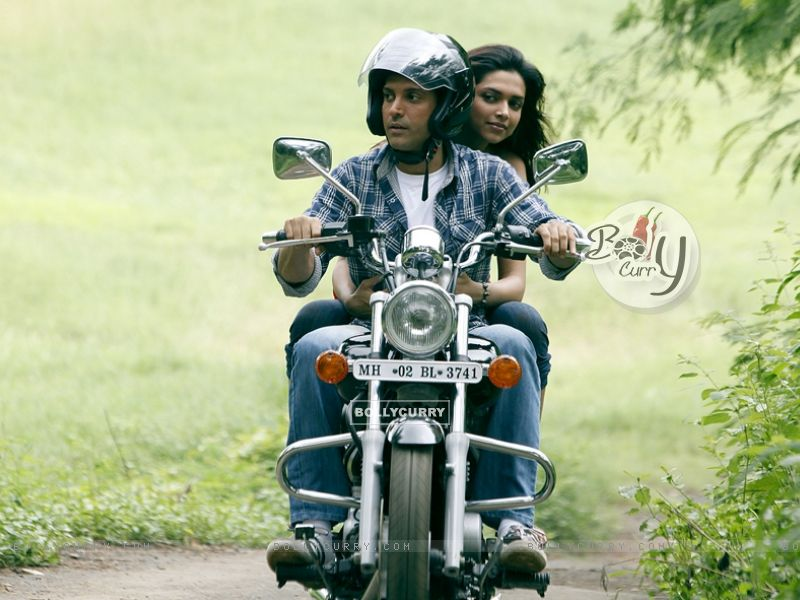 Deepika and Farhan sitting on a bike (41863) size:800x600