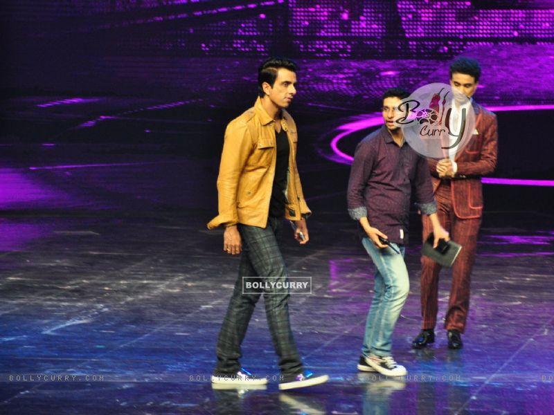 Sonu Sood at Promotion of film 'Tutak Tutak Titiya' on Dance Plus 2 (418905) size:800x600