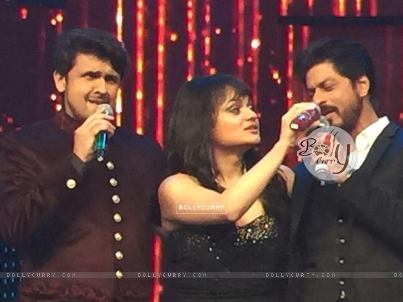 Aditi Singh Sharma with Sonu Niigam and Shah Rukh Khan (421275) size:800x600