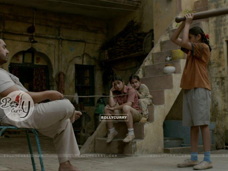 Still of Aamir Khan, Zaira Wasim and Suhani Bhatnagar from Dangal (423318) size:800x600