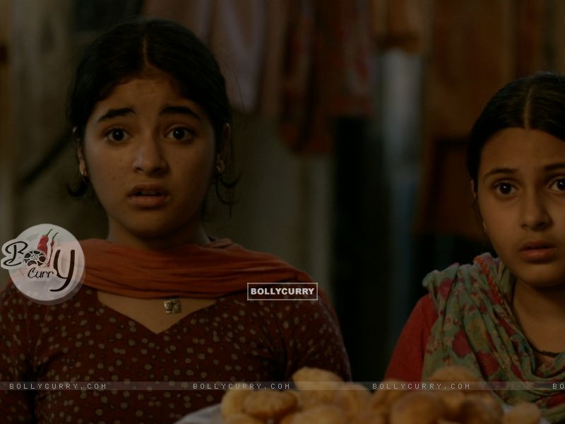 Still of Zaira Wasim and Suhani Bhatnagar from Dangal (423319) size:800x600
