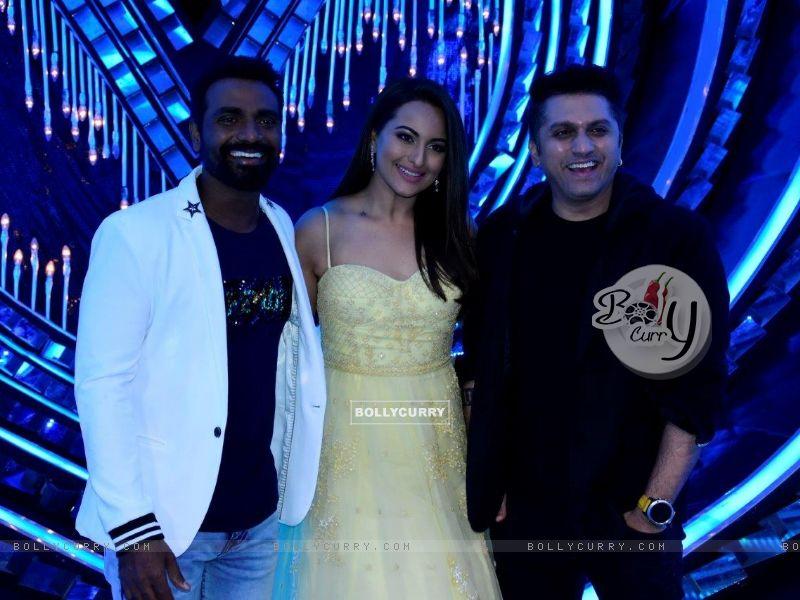 Remo D'souza, Sonakshi Sinha & Mohit Suri on the sets of Nach Baliye Season 8 (429137) size:800x600