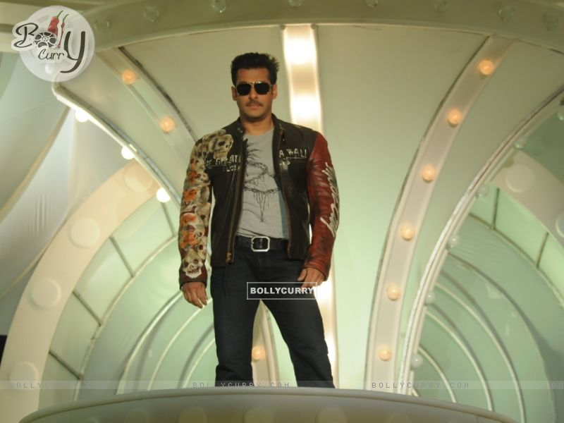 Salaman Khan as a host in Bigg Boss 4 (93028) size:800x600